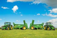 Dwa zielonego John Deere ciągnika ciągnie bunning lichot powlekaczki zdjęcie royalty free