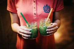 Dwa zielonego koktajlu w rękach Zakończenie obraz stock
