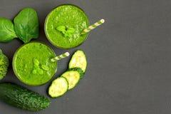 Dwa zielonego smoothies z składnikami na ciemnym tle Odgórny widok Z kopii przestrzenią obraz stock