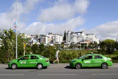 Dwa zielonego taxi samochodu na drodze Obrazy Royalty Free