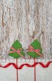 Dwa zielony jedlinowy drzewo z faborkiem na starym drewnianym tle Obraz Royalty Free