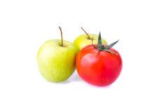 Dwa zielonych Apple i czerwonych jeden pomidoru Obrazy Stock