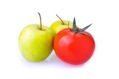 Dwa zielonych Apple i czerwonych jeden pomidoru Obrazy Royalty Free