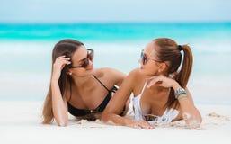 Dwa zmysłowej kobiety w bikini na plaży zdjęcia stock