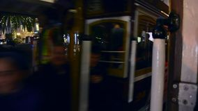Dwa znany na całym świecie wagonu kolei linowej niesie turystów krzyżują each inny w zjednoczenie kwadracie, San Fransisco zbiory