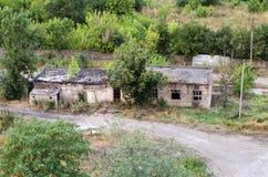 Dwa zniszczonego budynku wśród drzew Zdjęcie Royalty Free