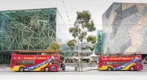 Dwa zwiedzający otwierają odgórnych autobusy w Melbourne Zdjęcia Royalty Free