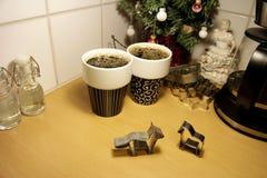 Dwa zwierzę kształtował piernikowych ciastko krajaczy stoi w górę kuchennego countertop dalej zdjęcie royalty free