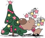 Dwaas rendier dat Kerstmisboom eet Royalty-vrije Stock Foto's