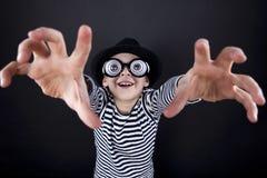 Dwaas weinig jongen in zwarte hoed royalty-vrije stock foto's