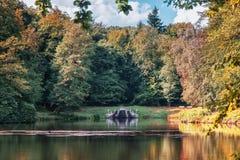 Dwaasheid in de vijver in het park van kasteel Rosendael royalty-vrije stock foto