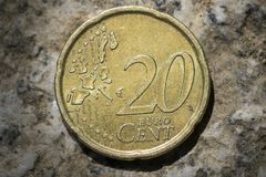Dwadzieścia euro centu moneta z mapą Europa Zdjęcie Stock