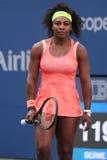 Dwadzieścia czasów wielkiego szlema jeden mistrz Serena Williams w akci podczas jej round cztery dopasowania przy us open 2015 Zdjęcie Stock