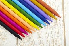 Dwanaście kolorów pastelowa kredka w pudełka zakończeniu up z odrewniałym tekstury backgrou Obrazy Stock