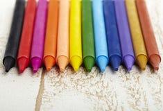 Dwanaście kolorów pastelowa kredka w pudełka zakończeniu up z odrewniałym tekstury backgrou Fotografia Royalty Free