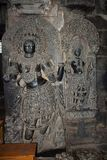 Dwarapakas com os assistentes fêmeas na pedra preta Templo de Hoysaleswara, estilo de Hoysala, Halebidu, Karnataka, Índia sul foto de stock royalty free