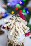 Dwarf, игрушка на белом деревянном столе на гирлянда зеленом ` s рождества и Нового Года предпосылки покрашенных светов Стоковые Изображения RF