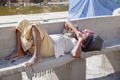 Znużony nożny podróżnik bierze odpoczynek obraz royalty free