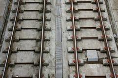 Dwarsbalken en metaalsporen van de tram Stock Foto's