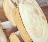 Dwarsdoorsnede van het hout, brandhoutstapel stock afbeeldingen