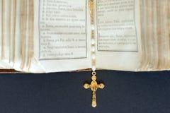 Dwarshalsband op open Heilige Bijbel Stock Afbeelding