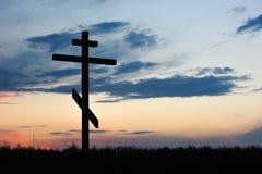 Dwarssilhouet met de zonsondergang stock fotografie