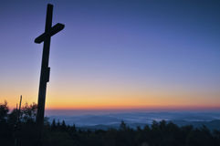 Dwarssilhouet met de zonsondergang als achtergrond royalty-vrije stock foto