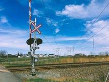 Dwarstekenspoorwegovergang en verkeerslicht stock afbeeldingen