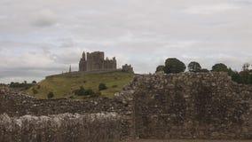 Dwayne Johnson di Cashel visto dalle rovine dell'abbazia di Hore stock footage