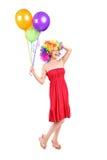 Dwaze vrouw met de ballons van de pruikenholding stock foto's