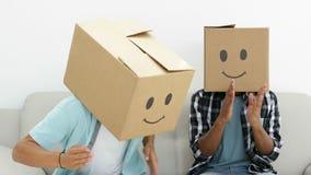 Dwaze werknemers met dozen op hun hoofden die de robot doen stock footage