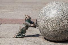 Dwerg duwend een granietbal in Wroclaw Royalty-vrije Stock Foto