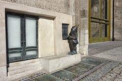 Dwerg gebruikende contant geldmachine in Wroclaw Royalty-vrije Stock Afbeelding