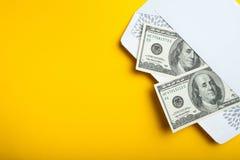 Dwieście dolarów w kopercie na żółtym tle, opróżniają przestrzeń dla teksta obraz royalty free