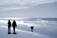 dwie kobiety chodzące plaży Zdjęcia Royalty Free