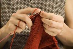 dwie ręce robi na drutach Obrazy Stock