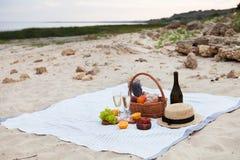dwie szklanki szampana Pinkin na plaży przy zmierzchem w w obrazy stock
