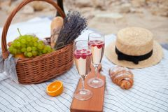 dwie szklanki szampana Pinkin na plaży przy zmierzchem w w obrazy royalty free