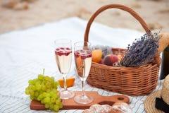 dwie szklanki szampana Pinkin na plaży przy zmierzchem w w obraz royalty free