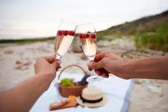 dwie szklanki szampana Pinkin na plaży przy zmierzchem w w zdjęcie stock