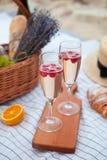 dwie szklanki szampana Pinkin na plaży przy zmierzchem w w obraz stock