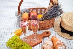 dwie szklanki szampana Pinkin na plaży przy zmierzchem w w zdjęcie royalty free