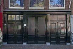 Dwoiści drzwi od budynku przy Prinsengracht 263 w Amsterdam który dać dostępowi magazyn na parterze, Fotografia Royalty Free