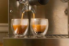 dwoista kawa espresso nalewa strzał zdjęcie stock
