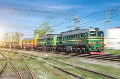 Dwoista pociąg towarowy zieleni lokomotywa na rozwidleniach kolejowi ślada i Zdjęcie Royalty Free