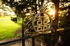 Dwoista szczęście brama z zmierzchem obrazy stock