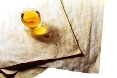 Dwoista szklana herbaciana filiżanka wypełniająca z zieloną herbatą Fotografia Stock
