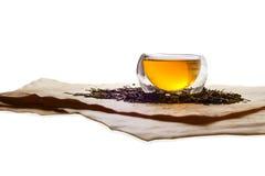 Dwoista szklana herbaciana filiżanka wypełniająca z zieloną herbatą Obrazy Stock
