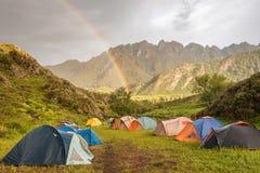 Dwoista tęcza przy campsite w górach Obraz Royalty Free