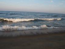 Dwoiste silne fala w plażowym życiu zdjęcia stock